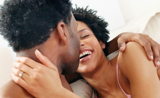casal_africano_cama