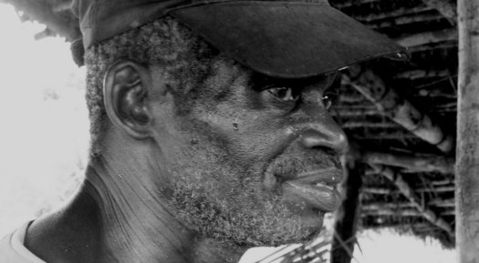 Escultor Ernesto Pedro Makalady Makote, da aldeia de Makala, Palma (Cabo Delgado)